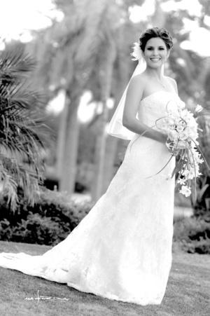 Radiante lució la Srita. Cristina de la Torre Trujillo el día de su boda con el Sr. Óscar Rodríguez Rentería.  <p> <i> Maqueda Fotografía</i>