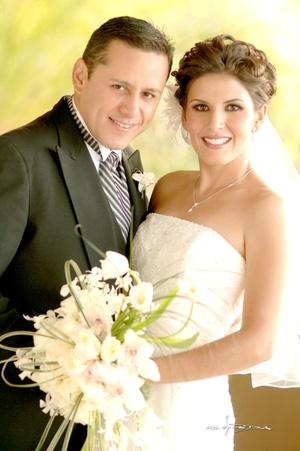 Srita. Cristina de la Torre Trujillo y Óscar Rodríguez Rentería unieron sus vidas en matrimonio. <p> <i>Maqueda Fotografía</i>