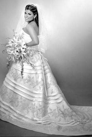 Srita. Denisse González Romero captada el día de su enlace matrimonial con el Sr. Iram Álvarez Vargas. <p> <i>Estudio Laura Grageda</i>