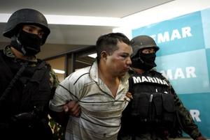 La Armada de México presentó a tres personas que fueron detenidas  durante el enfrentamiento en el que murió el líder del cártel de los Beltrán Leyva, Marcos Arturo Beltrán Leyva.