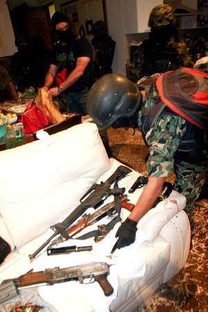 En el operativo se decomisaron 40 mil dólares en efectivo, tres armas largas y dos cortas, además de 400 cartuchos útiles de diferentes calibres.