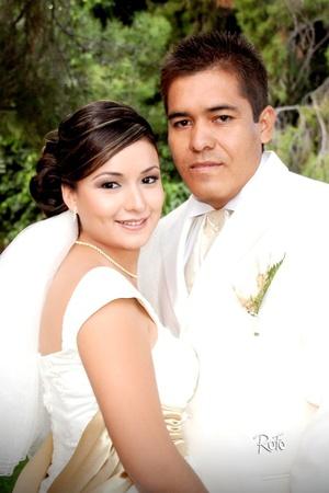 Unieron sus vidas en matrimonio, Srita. Flor Edén Fuentes Lara e Ing. Rosendo Aguirre Núñez, en el Casino Complejo Los Sauces, el sábado 17 de octubre de 2009, a las 20:30 horas.  <p> <i>Rofo Fotografía</i>
