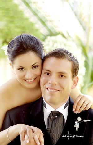 Srita. Michelle Monsiváis Pamplona y Sr. Pedro Padilla Arreola unieron sus vidas en sagrado matrimonio en la capilla de La Medalla Milagrosa, el 24 de octubre de 2009, a las 20:30 horas.  <p> <i>Maqueda Fotografía</i>