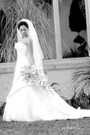 Muy contenta lució la Srita. Nydia Uribe Ávalos el día de su enlace matrimonial con el Sr. Rob Lutgens. <p> <i>Maqueda Fotografía</i>