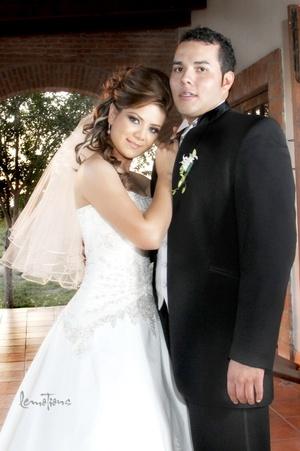 Contrajeron matrimonio Srita. Guillermina Márquez de la Mora y Sr. Joab Adolfo de la Rosa Rivera, en la Hacienda Los Ángeles, el 14 de noviembre de 2009, a las 20:00 horas. <p> <i>Estudio Lemotions</i>