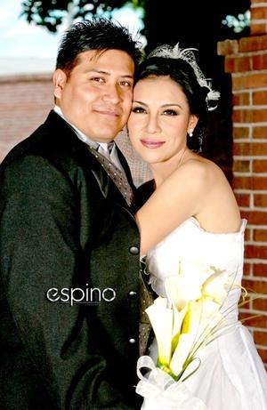 Contrajeron matrimonio en la iglesia Casa de Oración, Lic. Samanta Ruiz López e Ing. Jorge Armando Nava Leija, el siete de noviembre de 2009, a las 18:30 horas.  <p> <i>Miguel Espino Fotografía</i>