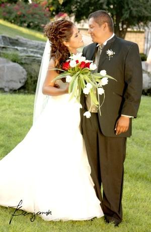 Ing. Yury Rocío Rivera Rodríguez e Ing. Luis Eduardo Campos Ruiz, unieron sus vidas en matrimonio, el 24 de octubre de 2009, en Villa Santa Elena, en punto de las 20:00 horas.  <p> <i>Benjamín Fotografía</i>