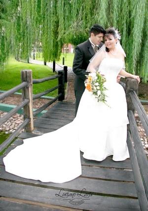 Srita. Zaira Yuridia Castorena de León y Sr. Ricardo Alberto Galván Cortés, unieron sus vidas en matrimonio el viernes 27 de noviembre de 2009. <p> <i>Estudio Luciano Laris</i>