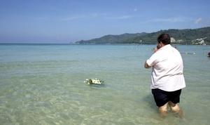 Giorgio Capriccioli, un residente italiano, soltó un ramo de flores blancas en el mar en homenaje a dos amigos muertos.