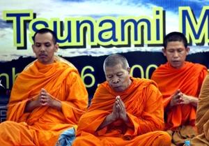 Monjes budistas en túnicas color azafrán cantaron sus plegarias, mientras algunos asistentes se abrazaban entre lágrimas.