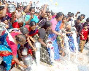 Pobladores de la localidad de Chennai en India derramaron leche a las orillas del mar como homenaje a las victimas del tsunami.