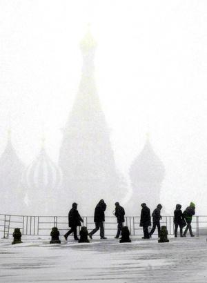 Una fuerte nevada sorprendio y  colapsó el tráfico en el centro de Moscú y en las principales salidas de la capital rusa.  Debido a los atascos, los coches circulan por el centro de la ciudad a una velocidad de entre 5 y 10 kilómetros por hora.