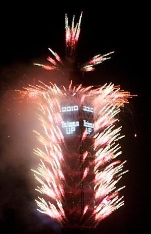 La organización de los festejos de Sidney lanzó 25 mil cometas durante la noche, en medio de miles de personas vestidas de color azul en apoyo al lema de 2010: 'Levantemos el espíritu'.