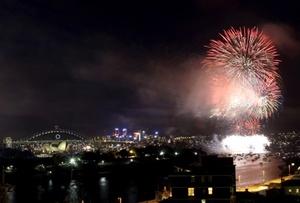 Más de un millón de fiesteros esperaban reunirse en Sidney bajo destellos azules y morados de juegos pirotécnicos en una de las celebraciones más grandes para recibir el Año Nuevo en el mundo.
