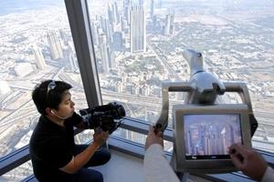 El rascacielos fue inaugurado en medio de una grave crisis financiera para la ciudad estado, uno de los siete pequeños reinos que conforman los Emiratos Arabes Unidos.