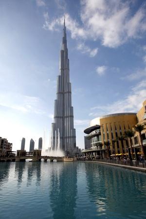 El gobernante de Dubai inauguró la torre, de acero y vidrio en una ceremonia en la que también se celebró su cuarto año desde su ascenso al poder.
