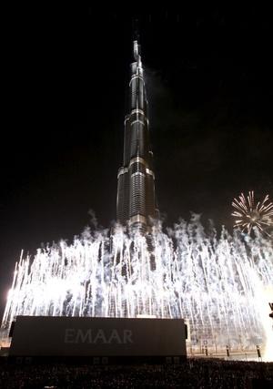 Miles de habitantes y turistas atestaron los alrededores de la torre de 800 metros de alto y que tiene 164 pisos.