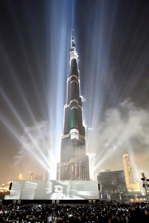 Dubai inauguró el edificio más alto del mundo, con la esperanza de alejar la atención internacional de la profunda crisis financiera del emirato del Golfo Pérsico y reencender el optimismo que alimentó su crecimiento turbocargado.