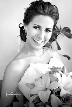 Feliz y contenta lució la Lic. María Elena Guajardo Meza, el día de su boda con el Ing. Víctor Hugo Cerón Vega.  Estudio Laura Grageda