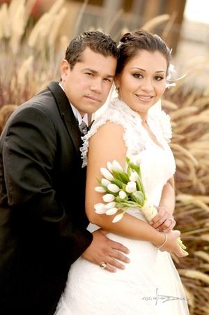 Srita. Míriam Judith Vázquez Hurtado unió su vida a la del Sr. Víctor Manuel Rivera Ruiz, en la parroquia Los Ángeles, el cinco de diciembre de 2009, en punto de las 18:00 horas.   Maqueda Fotografía