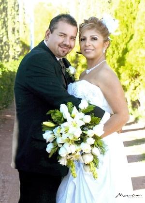Contrajeron matrimonio en la iglesia de San Pedro y San Pablo, Srita. Perla del Rocío Martínez Fernández y Sr. Mario Alberto Valdez Basurto, el 13 de diciembre de 2009, en punto de las 16:00 horas.   Estudio Morán