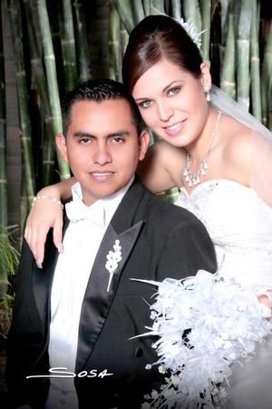Contrajeron sagrado matrimonio en la iglesia del Espíritu Santo, Srita. Rebeca Bollaín y Goytia Milán y Sr. Eduardo Fabián Rangel, el 14 de noviembre de 2009, a las 18:00 horas.  Studio Sosa