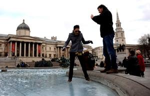 Debido a las bajas temperaturas, muchas de las fuentes de la capital londinense se encuentran congeladas.