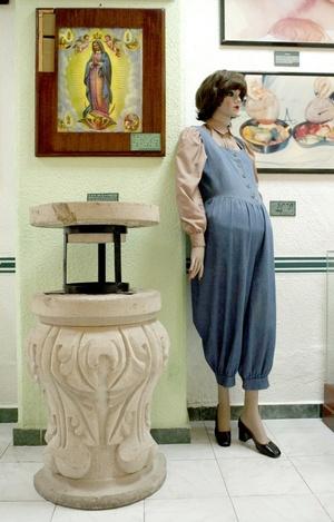 Detalles de los recursos empleados por los narcotraficantes para ocultar droga, como el cuadro de una virgen con doble carátula; una mujer detenida con droga en el estómago y una pieza de cantera (i, abajo) rellena con enervantes.