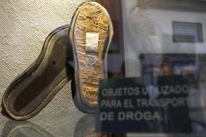 Fotografía de un par de zapatos con doble suela en cuyo interior se encontró marihuana.