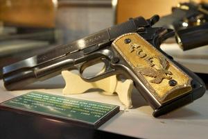 Detalle de una pistola calibre 0.38 con cachas doradas que perteneció al narcotraficante Joaquín Guzmán Loera, líder del cártel de Sinaloa.