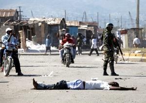 El personal de la ONU, organizaciones humanitarias o el enviado por otros países para socorrer a los haitianos trata de llevar algo de alivio a una población que desde el martes vive en agonía.