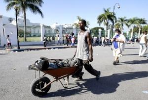Paradójicamente toneladas de ayuda de todo tipo y cientos de médicos, bomberos y especialistas en rescate de víctimas de terremotos han llegado o están en camino hacia Haití desde todos los rincones del mundo.