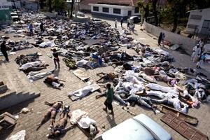 La desesperación se ha transformado en rabia en algunos lugares y ha habido saqueos y hasta barricadas formadas con cadáveres en algunas calles.