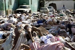 El hedor de los cadáveres en descomposición y el polvo de los edificios derrumbados hace irrespirable el aire.