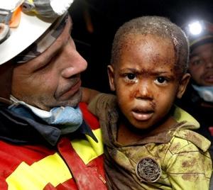 La desesperación cundía entre los sobrevivientes del terremoto registrado en la capital haitiana este martes porque la enorme cantidad de ayuda con que la comunidad internacional ha respondido a este desastre no les llega todavía.