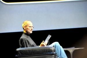 En su ya tradicional uniforme de jeans y suéter negro de cuello alto, Jobs hizo la presentación de la 'iPad'.