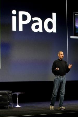 El iPad, que tiene solo media pulgada de anchura, pesa menos de 700 gramos, cuenta con conexión a Internet Wifi y con una batería de 10 horas de duración.