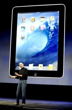 Fue el propio consejero delegado de Apple, Steve Jobs, el encargado, de presentar el iPad, al que calificó como un producto verdadero, mágico y revolucionario.