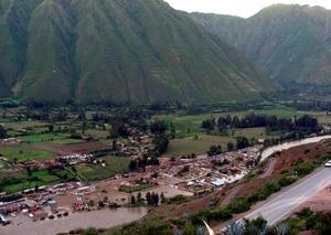 Cerca de medio centenar de turistas de diversas nacionalidades varados por las lluvias torrenciales en el pueblo peruano de Machu Picchu se unieron  para construir un muro que ayude a contener el desborde del río Urubamba.