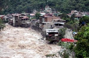 Los aludes y desbordes ocasionados por las persistentes lluvias que no cesan ya han causado por lo menos cinco muertes en la región.