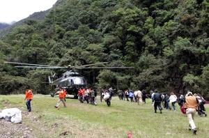 Los turistas han quedado varados por la destrucción de la vía del tren, que es el único medio de transporte entre la ciudad del Cusco y Aguas Calientes.
