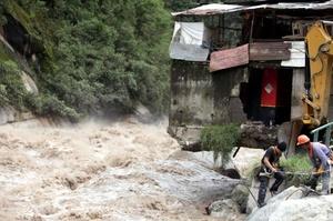 Las labores de rescate han avanzado a paso lento, no por falta de recursos, según las autoridades peruanas, sino por el clima y la geografía estrecha del valle del río Urubamba, que no permite el vuelo simultáneo de varias aeronaves.