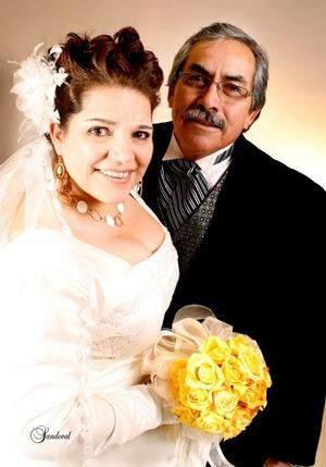 03012010 Profra. Carmen Ibarra Alvarado y Profr. Raymundo Hernández Cháirez cumplieron 31 años de casados. Renovaron sus votos en la parroquia del Sagrado Corazón el sábado 19 de diciembre de 2009.- Estudio Sandoval