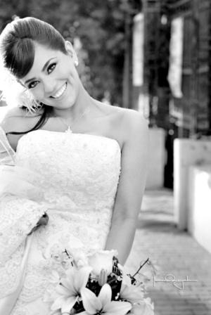 Radiante lució la Srita. Alma Irene de la Torre Aldama el día de su boda con el Sr. Ángel Gerardo Andrade Contreras. <p>  <i>Estudio Laura Grageda</i>