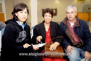 02022010 Huatulco. Teresa González se fue de vacaciones y fue despedida por su hija Patricia y Enrique.