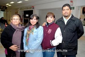 02022010 México. Con motivo de trabajo viajó Xochitl Marena y fue despedida por María de Jesús Trejo, Elizabeth y Gerardo.