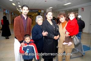 03022010 México. De vacaciones viajó la familia Fernández Morones.