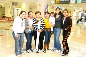 08022010 Canadá. En espera de un familiar se encontraban Yamili Meléndez, Cecilia de la Rosa, Caro Pérez, Mara Ruiz, Renata Limón, Violeta de Anda y Diana Reyes.