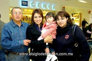 09022010 Panamá. Después de visitar a sus familiares, regresaron a su lugar de residencia Jabuba Soto Ayoub y su hija Michelle Marie, quienes fueron despedidas por Ernesto Soto y Esmirna Ayoub de Soto.