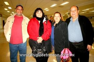 12022010 Los Ángeles. Salvador Serrano y Ángel Serrano despidieron a Martha y Rosalba.